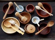 Keramisk, trä, för lera tom handgjord bunke, kopp och sked på mörk bakgrund Krukmakerilergodsredskap, kitchenware Fotografering för Bildbyråer