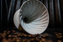 Keramisk tratt för förberedelsen i alternativet Kornbönor Planlagt för handbok hälla-över att brygga för stilkaffe Dripper V60 arkivfoton