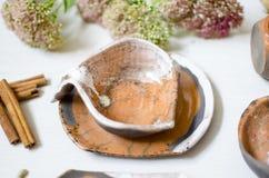 Keramisk uppsättning av disk och koppar Dekorativ potteri på det trä Arkivbild