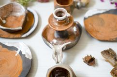 Keramisk uppsättning av disk och koppar Dekorativ potteri på det trä Royaltyfri Foto