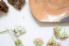 Keramisk uppsättning av disk och koppar Dekorativ potteri på det trä Royaltyfria Foton