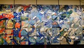 Keramisk vägg på gångtunnelstationen i Singapore Arkivbilder