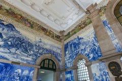 Keramiska Azulejos i den Porto drevstationen - Portugal arkivbilder