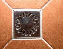 Keramiska beigea eller röda bruna tegelplattor i dusch royaltyfri bild