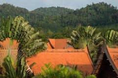 Keramiska belade med tegel tak för thailändsk stil Arkivfoton