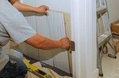 keramiska ceranic texturtegelplattor Tiler som förlägger den keramiska väggtegelplattan i position över bindemedel Royaltyfria Bilder