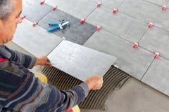 keramiska ceranic texturtegelplattor Tiler som f?rl?gger den keramiska v?ggtegelplattan i position ?ver bindemedel med sn?rttegel arkivfoton