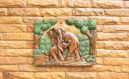 Keramiska elefanter på en vägg Royaltyfri Bild