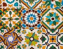 Keramiska f?rgrika tegelplattor p? v?ggen med traditionella modeller Arabisk p?verkan i spanska och portugisiska konstverk royaltyfri bild