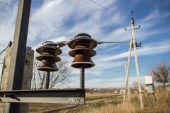 Keramiska isolatorer, elektriska trådar arkivbild