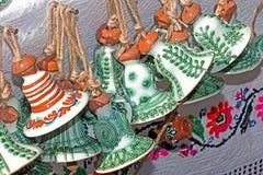 Keramiska klockor som hänger från ett rep, dekorerat traditionellt Royaltyfria Foton