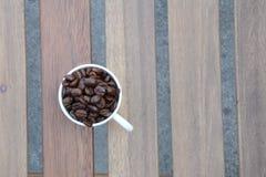 Keramiska kopp kaffebönor Fotografering för Bildbyråer