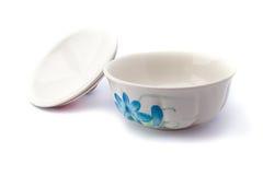 Keramiska koppar på vit bakgrund Fotografering för Bildbyråer