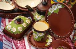 Keramiska koppdiskkokkärl på bordduken Royaltyfria Foton