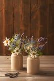 Keramiska krukor som fylls med blommor Arkivfoto