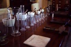 Keramiska mortel och dryckeskärlar för tappning Kemiskt laboratorium, apotek Arkivbilder