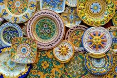 Keramiska plattor i till salu klassisk Sicilian stil, Erice arkivbilder