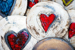 Keramiska plattor med hjärtor Arkivfoto