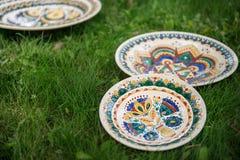 Keramiska plattor som målas med olika traditionella modeller Royaltyfri Bild