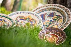 Keramiska plattor som målas med olika traditionella modeller Arkivfoto