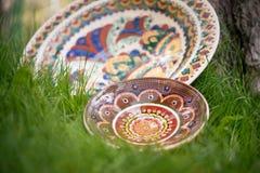 Keramiska plattor som målas med olika traditionella modeller Arkivbilder