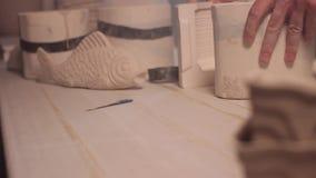 Keramiska produkter enligt gamla recept Borttagning av gipsformen av mannen räcker produktion av krukor arkivfilmer