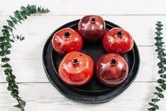Keramiska röda granatäpplen på vit bakgrund Royaltyfria Foton