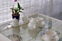 Keramiska redskap med blomman som dekoreras i restaurang Royaltyfria Bilder