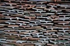 Keramiska singlar för baler för att taklägga Bunt av gamla keramiska taktegelplattor, texturerad bakgrund Royaltyfri Bild