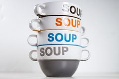 Keramiska soppabunkar som staplas med ordSOPPA på dem royaltyfri fotografi