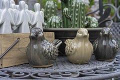 Keramiska statyetter av fåglar i presentaffären Statyett av en sparv för garnering av en inre eller en trädgård royaltyfri fotografi