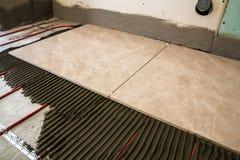 Keramiska tegelplattor och hjälpmedel för tiler Installation för golvtegelplattor Hom Royaltyfria Foton