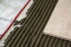 Keramiska tegelplattor och hjälpmedel för tiler Installation för golvtegelplattor Hom Royaltyfri Fotografi