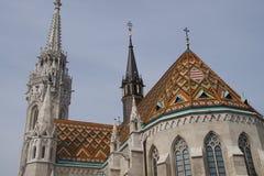 Keramiska tegelplattor på taket av Matthias churc Royaltyfria Foton