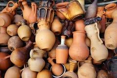 Keramiska tillbringare, vaser, rånar, olika former och format arkivbild