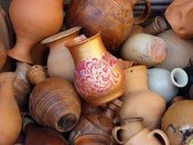 Keramiska tillbringare, vaser, rånar, olika former och format arkivbilder