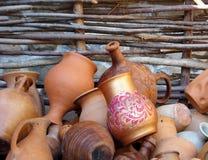 Keramiska tillbringare, vaser, rånar, olika former och format royaltyfri fotografi