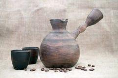 Keramiska turk-, kopp- och kaffebönor Royaltyfri Bild