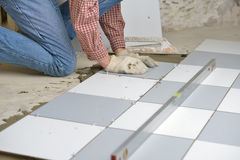 keramiskt golv som installerar tegelplattor arkivbilder