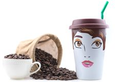 Keramiskt kaffe Mug är en kvinnlig teckning som förläggas med kaffebönor Arkivbild