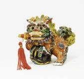 Keramiskt kinesiskt lejon med svärdet royaltyfria bilder