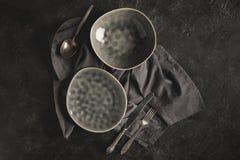 Keramiskt plattor och bestick Royaltyfria Bilder