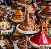 Keramiskt redskap på den marockanska marknaden, tajines Arkivbild