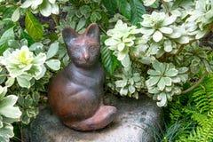Keramiskt sitta för kattdocka som är dekorativt i, parkerar arkivfoton