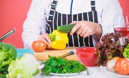 ?kerbruka produktgr?nsaker f?r ny marknad Kockman i hatt Hemligt smakrecept Upps?kt mankock i k?k som ?r kulinariskt vegetarian M royaltyfri bild