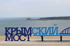 Kerch, Crimeia - Jane 24, 2018: Vista de Kerch - a ponte crimeana do banco fotografia de stock