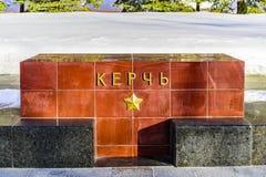 Kerch-thename der Stadt auf dem Granitblock auf der Gasse von Heldstädten nahe der der Kreml-Wand Moskau, Russland Stockfotos