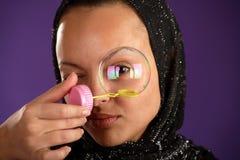 kerchief пузыря смотря детенышей женщины Стоковое Изображение RF