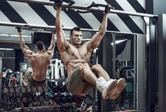 Kerel bodybuilder do chin-ups stock fotografie