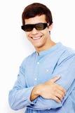 Kerel in 3D glazen met gekruiste wapens Stock Foto